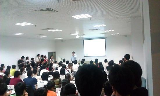 深圳大学/严老师激情演绎四级技巧,同学们听得无比投入。