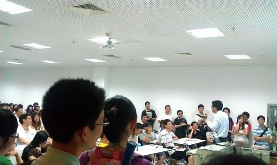 深圳大学/严老师与讲座期间经常与同学互动,引起阵阵笑声。