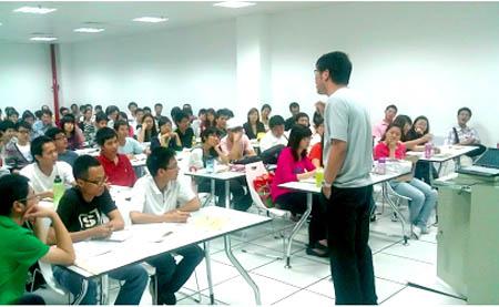 深圳大学/严老师激情演绎六级技巧,同学们听得无比投入。