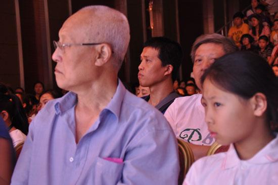年老的爷爷陪着自己可爱的小外孙女参加本届风采大赛