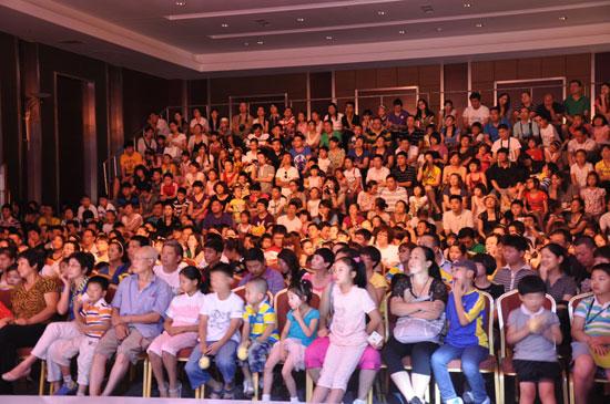 抽签现场人声鼎沸,选手和家长都十分期待本届大赛