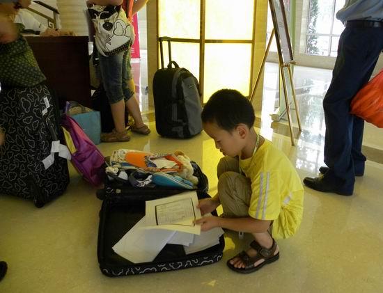 小曹阳在箱子里找自己的户口本复印件