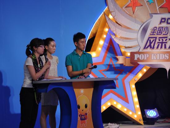 第六届POP全国少儿英语总决赛:主持人和苏颖昕老师在现场组织彩排