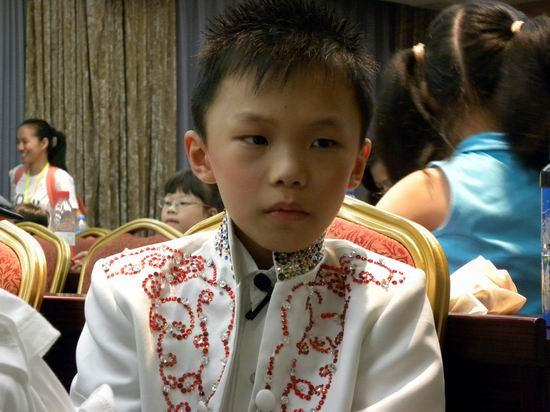 第六届POP全国少儿英语总决赛:这位小选手当时正发着高烧,最终他夺得了A组的冠军