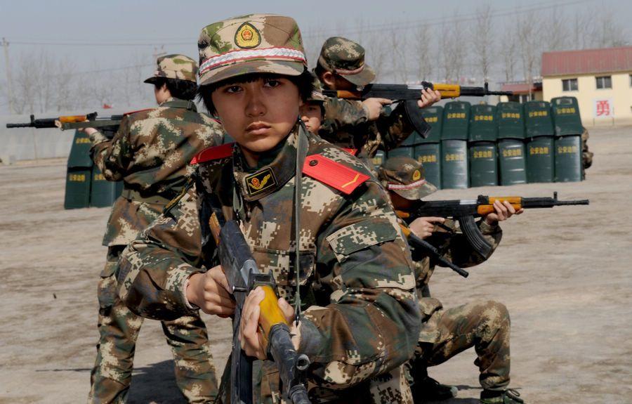 武警90后女兵训练战术 练兵场同男兵叫板