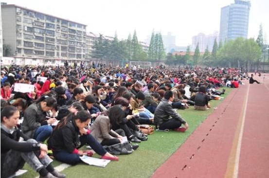 4月14日下午市二十中讲座现场:听众顶着烈日席地而坐