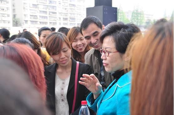 讲座结束后,热情的家长与王晶老师继续交流