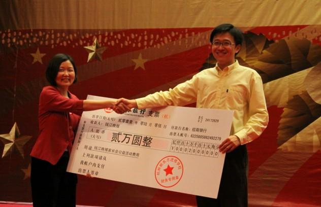 杭州新东方校长向钱报家长会捐献本次活动所有收入