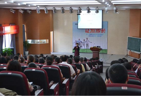 """王晶老师正在与家长们分享""""如何做智慧型父母"""""""