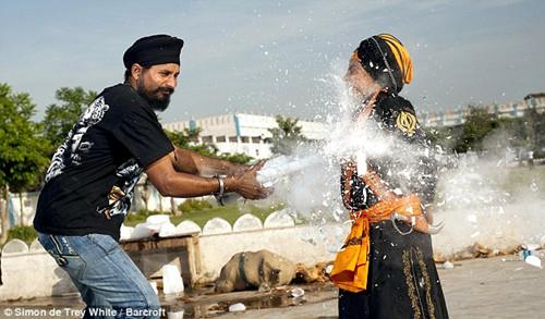 印度10岁男孩头碎椰壳胸击灯管