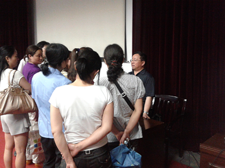 众多家长纷纷向周运清教授咨询