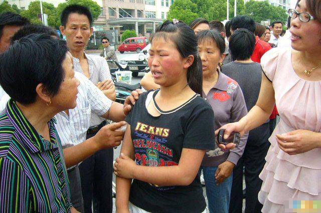 妇女当街殴打女生