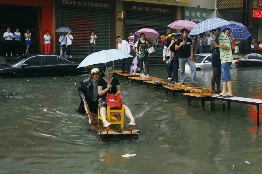 """武汉内涝成""""海"""" 市民过街各显神通"""
