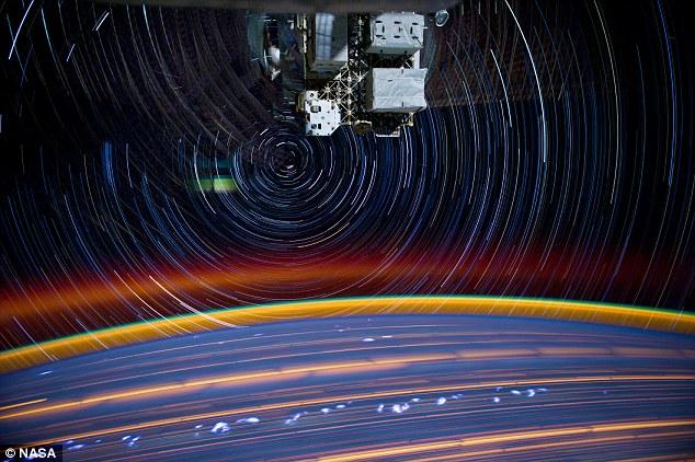 宇航员太空拍摄超科幻星球轨迹图