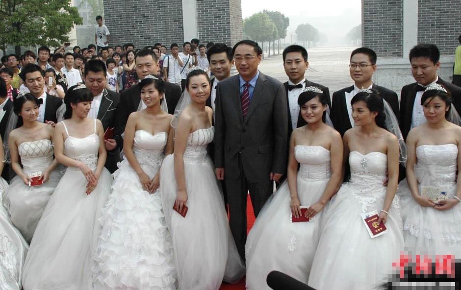 大学校长为14对毕业生证婚