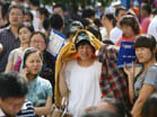 宁波外地工为孩子入学凌晨排队