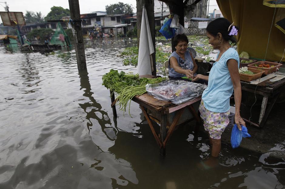 """菲律宾遭强台风""""古超""""袭击"""