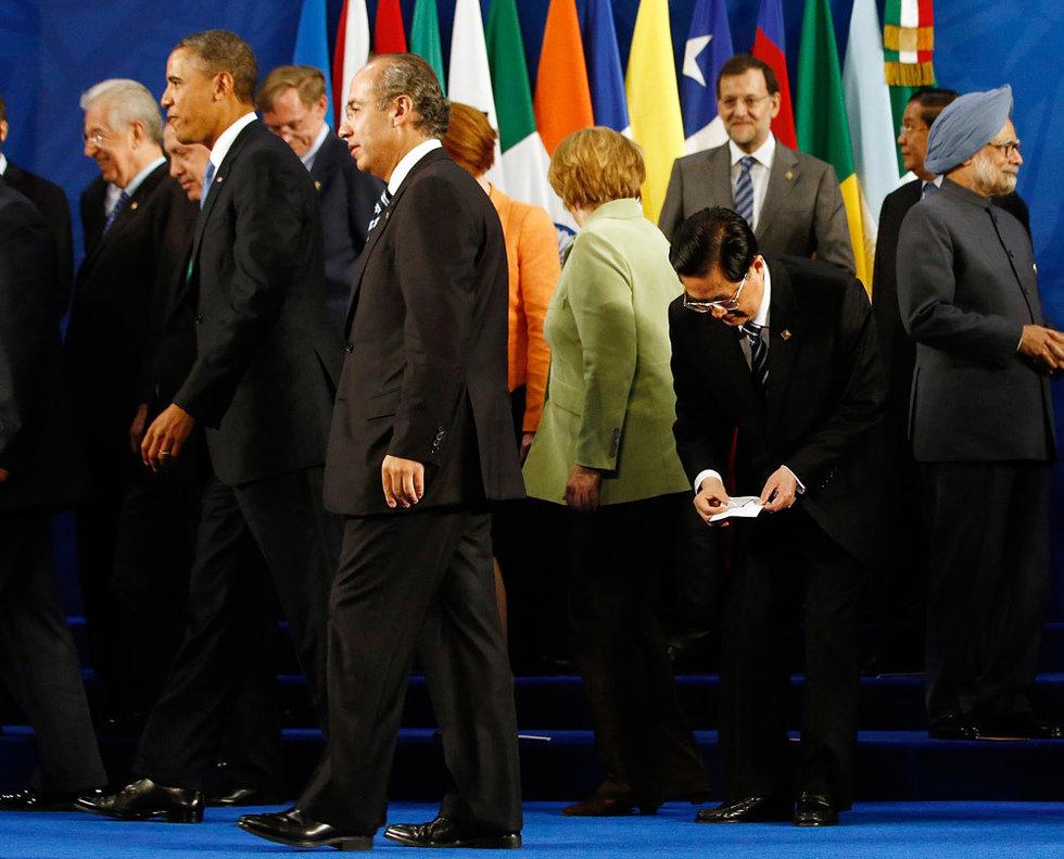 G20峰会胡锦涛弯腰拾起国旗