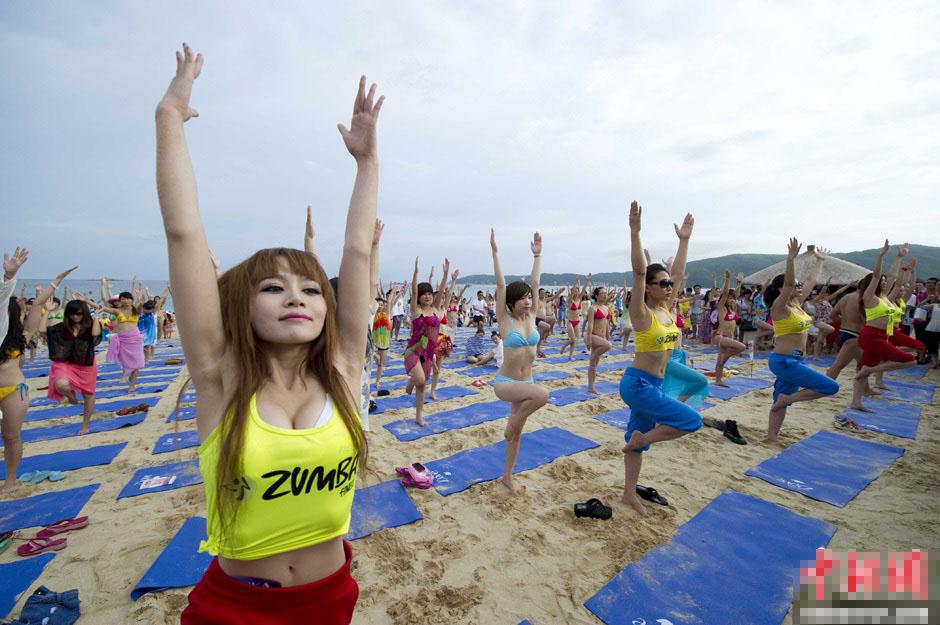 三亚千人身着比基尼沙滩练瑜伽