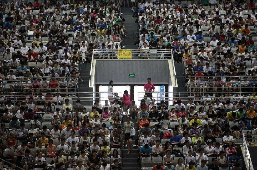 """3500名""""考研族""""体育馆上大课 场面壮观"""