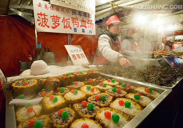 暮色下的北京东华门小吃街