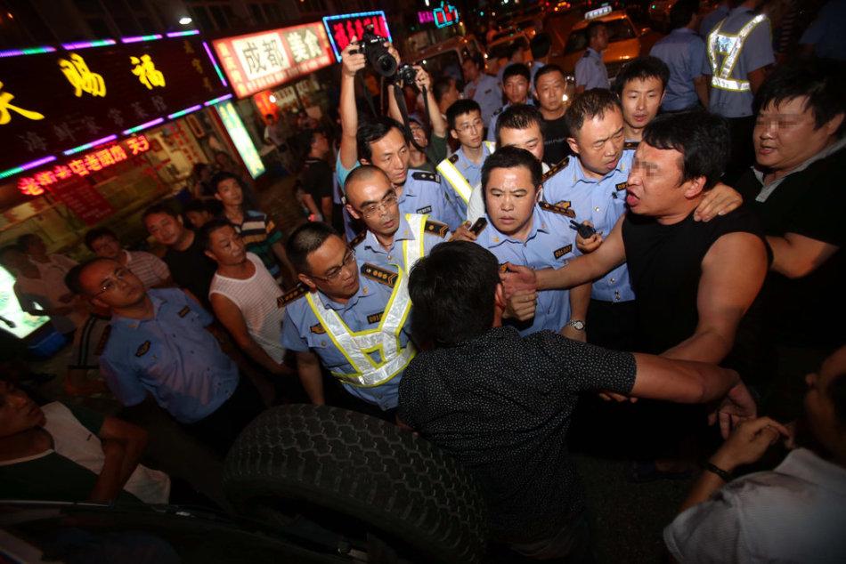 城管执法时与游客起冲突
