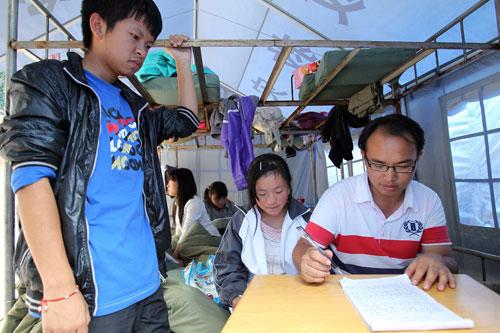 地震灾区安置点中的学生们