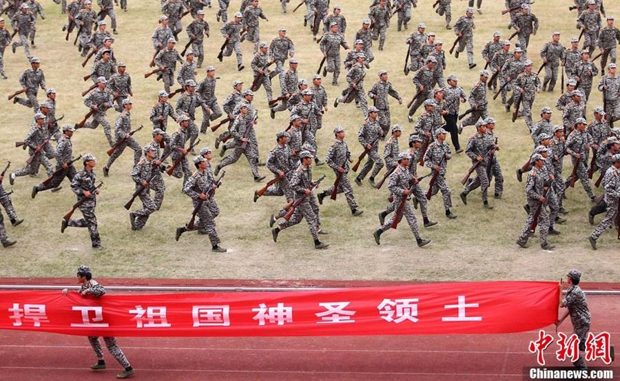 南京学生军训打出爱国横幅