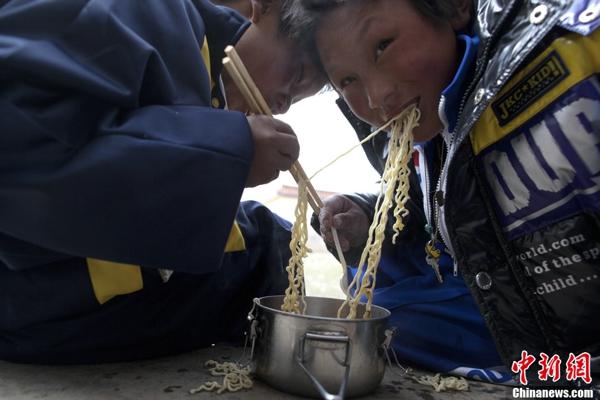 玉树小学生吃泡面致营养缺乏