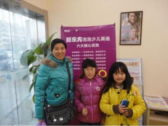 青岛新东方浮山后校区于2012年11月24-25日在顺利开展了感恩节折心送花互动。本次活动针对所有新老学员。活动内容包含两大部分。第一部分是学员们亲手折心,并在心上写下对父母,老师,朋友等感恩的话,在下课回家时亲手送给父母,因为是自己亲手制作,这份礼物对于父母老说显得各位珍贵。第二部分是孩子可以凭手中的黄卡换取鲜花送给父母,老师和朋友。因为黄卡是学生们平日里在新东方课堂上根据表现积累的来的,所以当父母看到自己孩子可以用这么珍贵的卡换取鲜花送给自己时,异常感动。 首先,老师们利用课间休息时间,亲手教学员们折