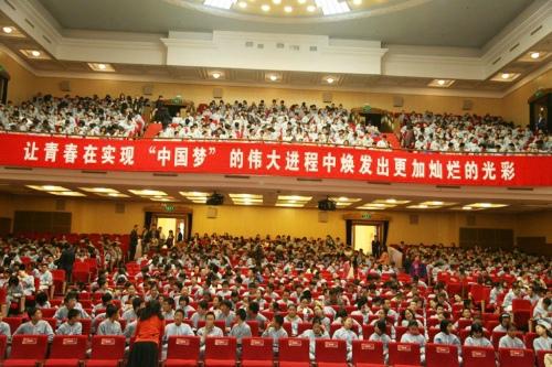 北京市第八中学全体学生参加报告会