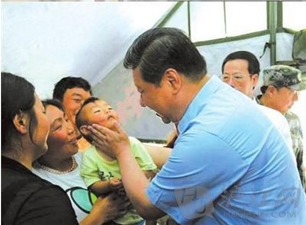 习近平六一之际赴灾区看望学生 亲吻受灾儿童脸颊