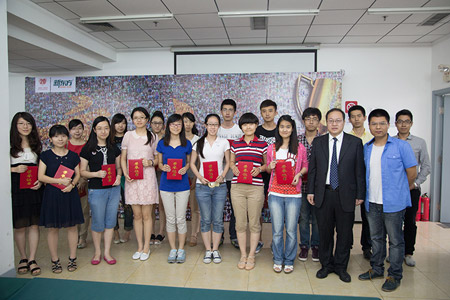 汪海涛校长(一排右二)、名师金凌虹(一排右一)为优秀学员颁发证书