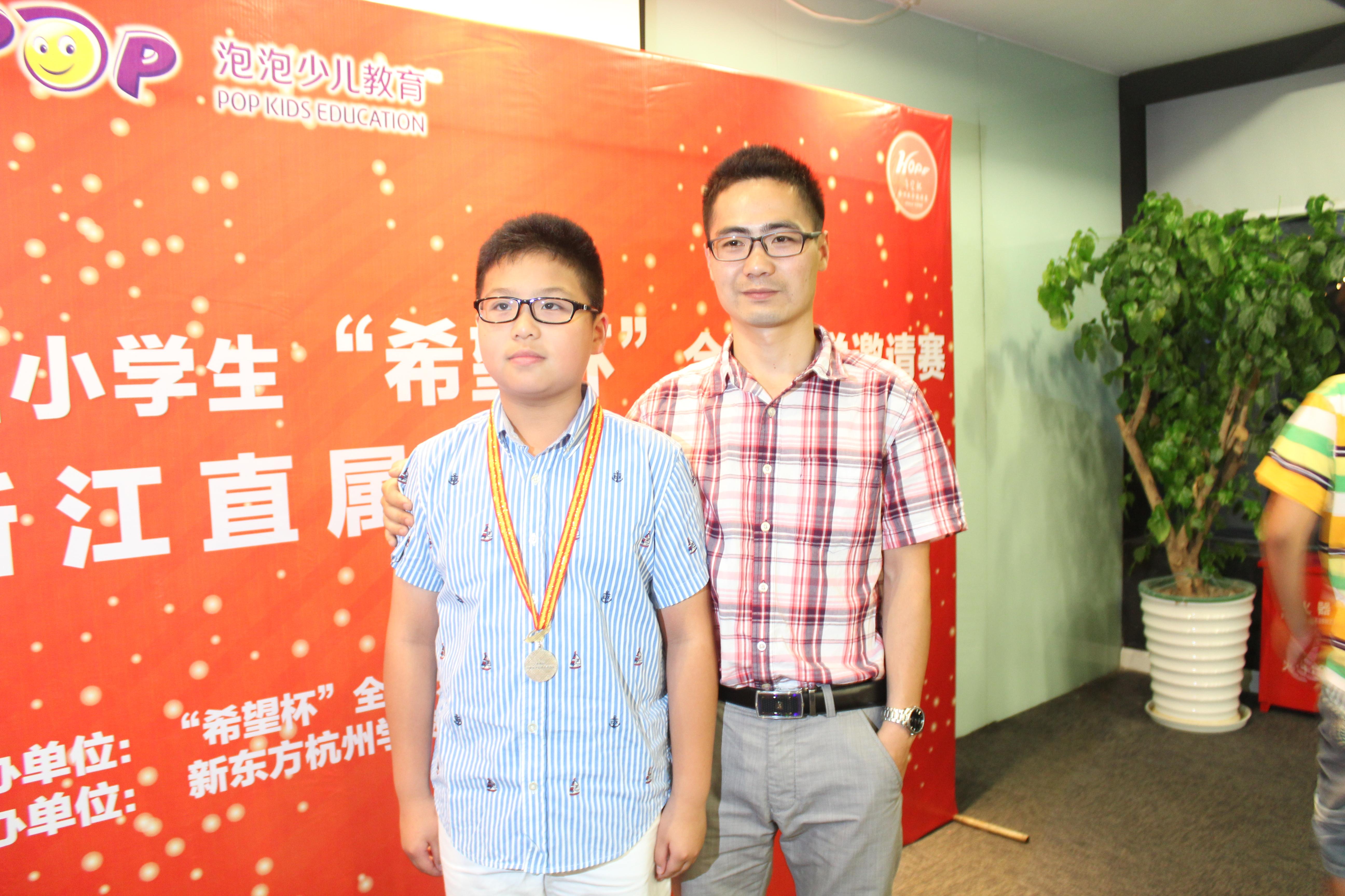 姜志斌老师与学生合影