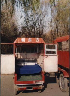 """为招揽生意,三轮车司机在自己的车顶贴上了""""新东方""""三个字。学员们则亲切地称之为""""马自达""""。"""