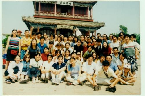 2000年8月,北京新东方学校教职员工在北戴河