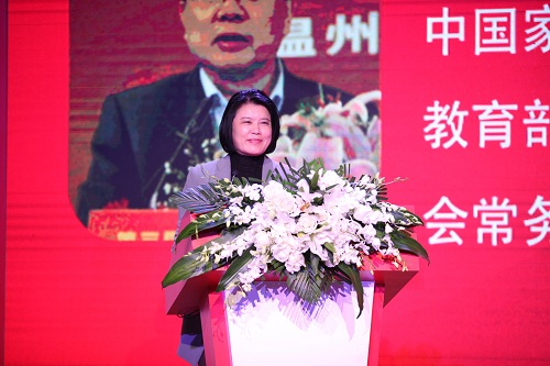 王利芬主持第六届新东方家庭教育论坛