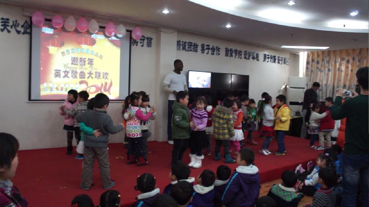 新东方满天星幼儿园举办新年英语儿歌大赛:快乐交谊舞