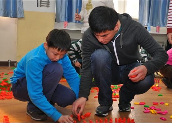 新东方多米诺骨牌活动课 在欢乐中学习成长