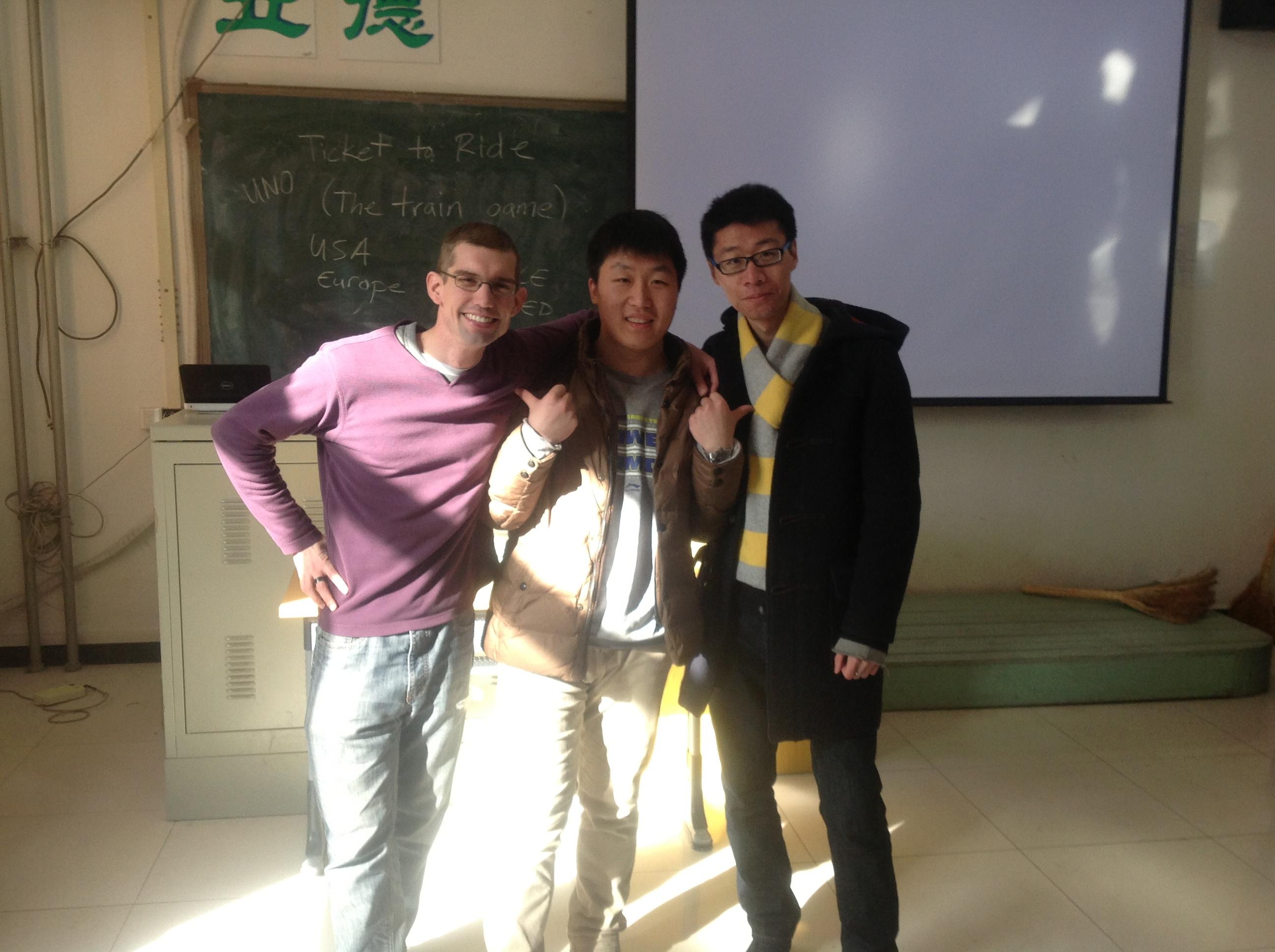 刘智(中)与外教(左)、中教(右)一起亲密合影