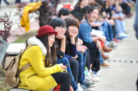 现场之外在阳台和路边倾听讲座的同学们