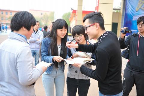 活动结束后学生们找杨芮老师签名合影