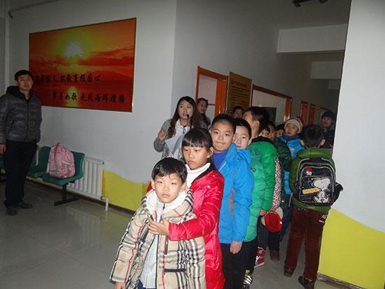 孩子们排列成整齐的队伍准备出发