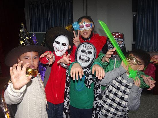 孩子们盛装出席万圣节化妆舞会