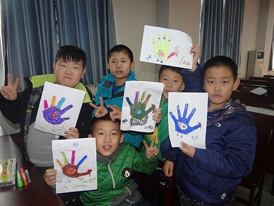孩子们用自己的双手托起梦想