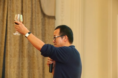 俞老师举杯祝贺节日