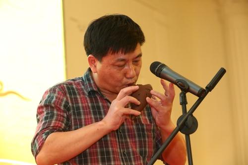 集团总公司国际合作部总监贺庆荣的乐器独奏