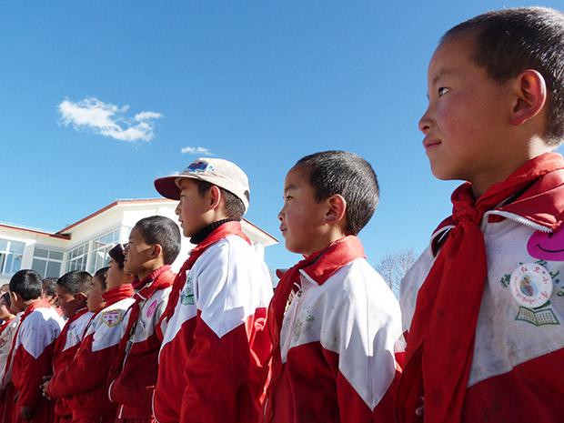 新東方18名教師團隊遠赴千里來到海拔3280米的西藏獨克宗支教