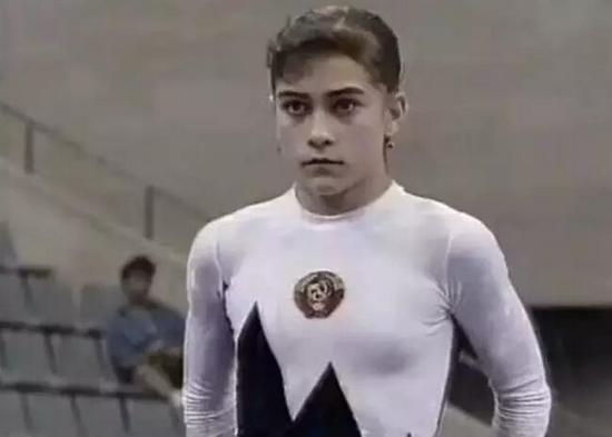1997年,丘索维金娜步入婚姻殿堂,幸福甜蜜的丘索维金娜一度退役。原以为丘索维金娜从此过着幸福快乐的童话生活,但儿子阿里什却被诊断患上白血病,为了竭尽全力去救儿子的命,在25岁这个体操运动员已经退役的年龄,她选择了复出。而且她不敢生病、不敢受伤、不敢休息、不敢懈怠,不停比赛。面对世人的惊叹,她只是平静地说:只要儿子还没病愈,我就要一直坚持下去。他就是我的动力。一句你未痊愈,我不敢老,曾让无数人瞬间泪目。 功夫不负有心人,儿子阿里什的病情得到了控制。不必再为儿子奔命,但丘索维金娜依然没有离开体操赛场