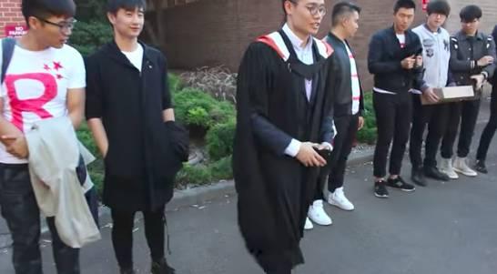悉尼中国留学生毕业典礼向女友求婚 场面感人